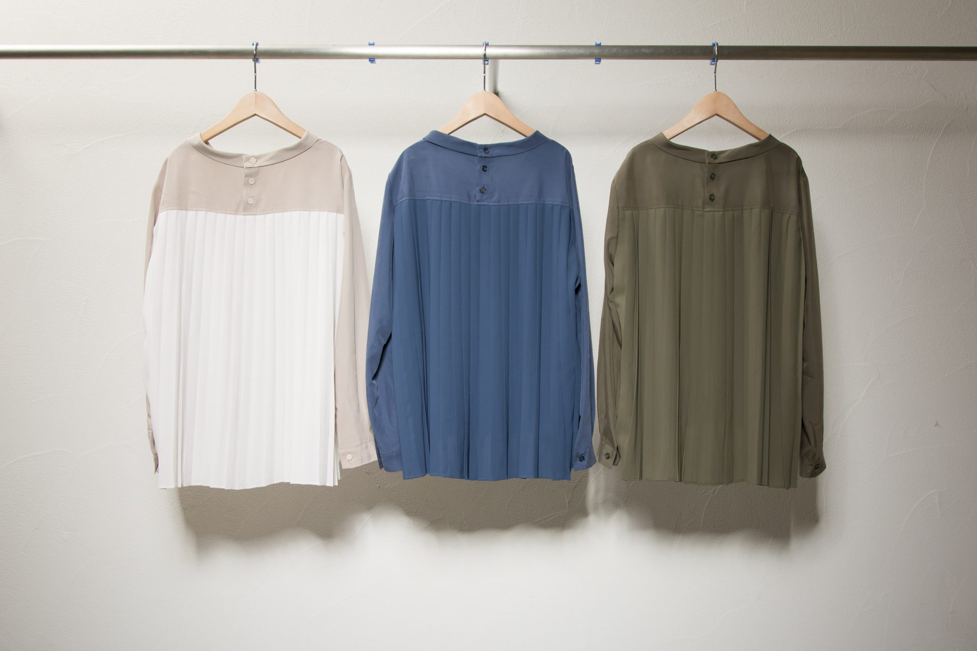 Turtleneck back pleated blouse